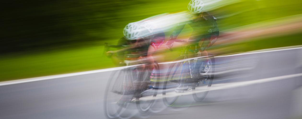 Rennräder bei Rennen auf Straße