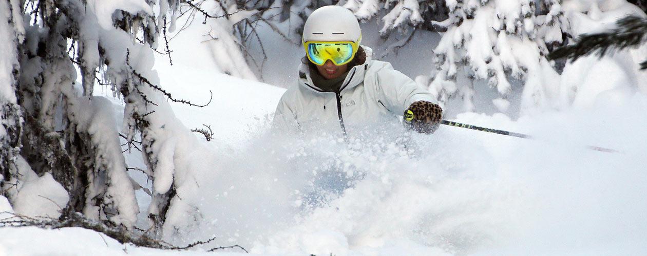 Skifahrer mit Skibrille im Schnee