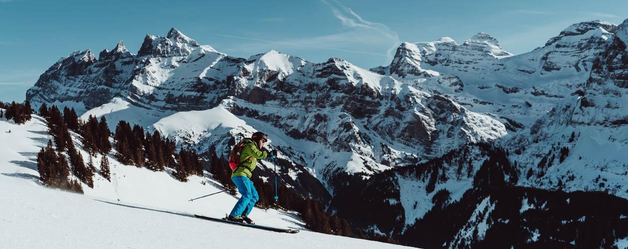 Skifahrer auf Piste in Ski Bekleidung