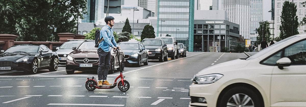 E Scooter oder E Roller auf Radweg