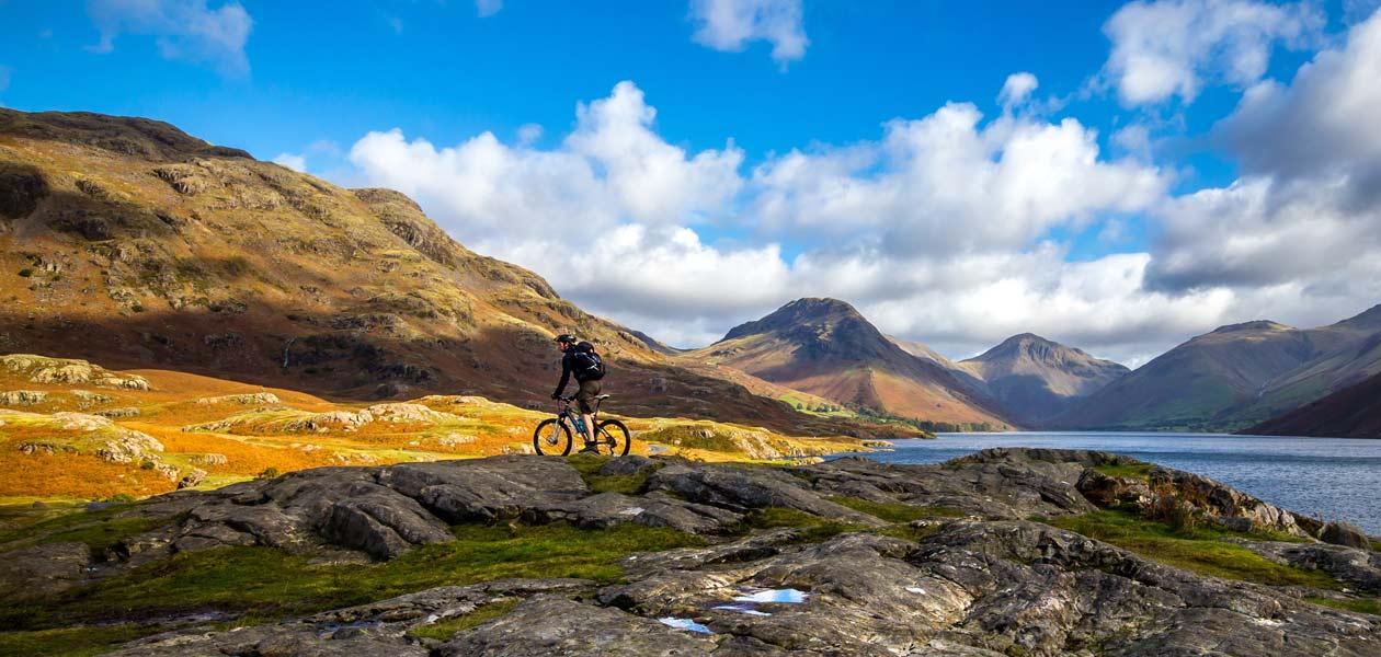 Mann mit Fahrrad in der Weite