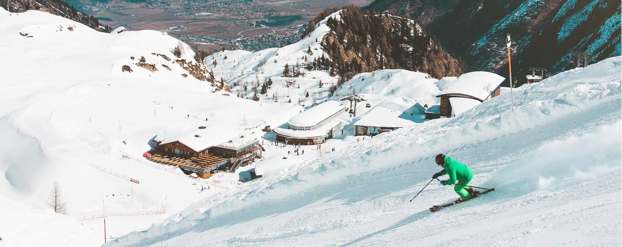 Skifahrer auf Piste mit Skihelm